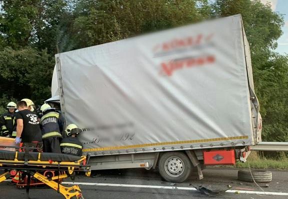 Fotók – Két teherautó összeütközött reggel az M7-es autópálya Balaton felé vezető oldalán