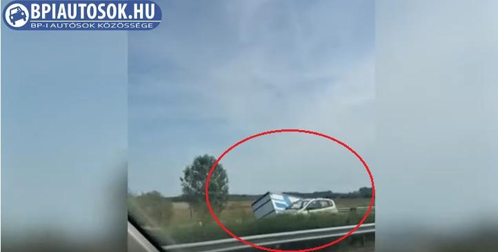 Videó – Átszakította a szalagkorlátot az M5-ös autópályán, majd a túloldali árokban állt meg egy kamion