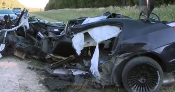 Videó – 180-nal csapódott oszlopnak a 20 éves sofőr Eplénynél, kettészakadt az autó