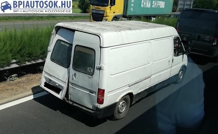 Fotó – Lógó hátsó ajtóval közlekedett az M3-ason egy kisteherautó