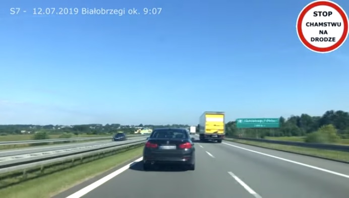 Videó – Felfoghatatlan, hogy ezek az autósok miért nem engedik el a szirénázó mentőt