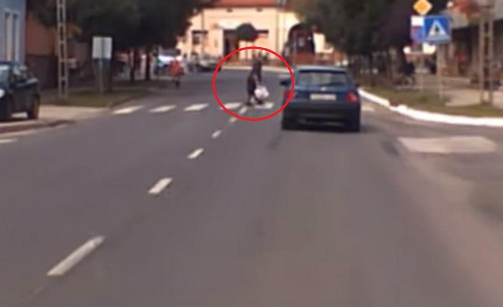 VIDEÓ: Zebrán ütötték el az idős nőt. Fedélzeti kamera rögzítette