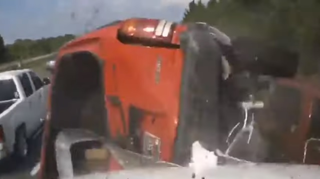 Videó – A lélekjelenléte mentette meg attól, hogy felöklelje egy kamion