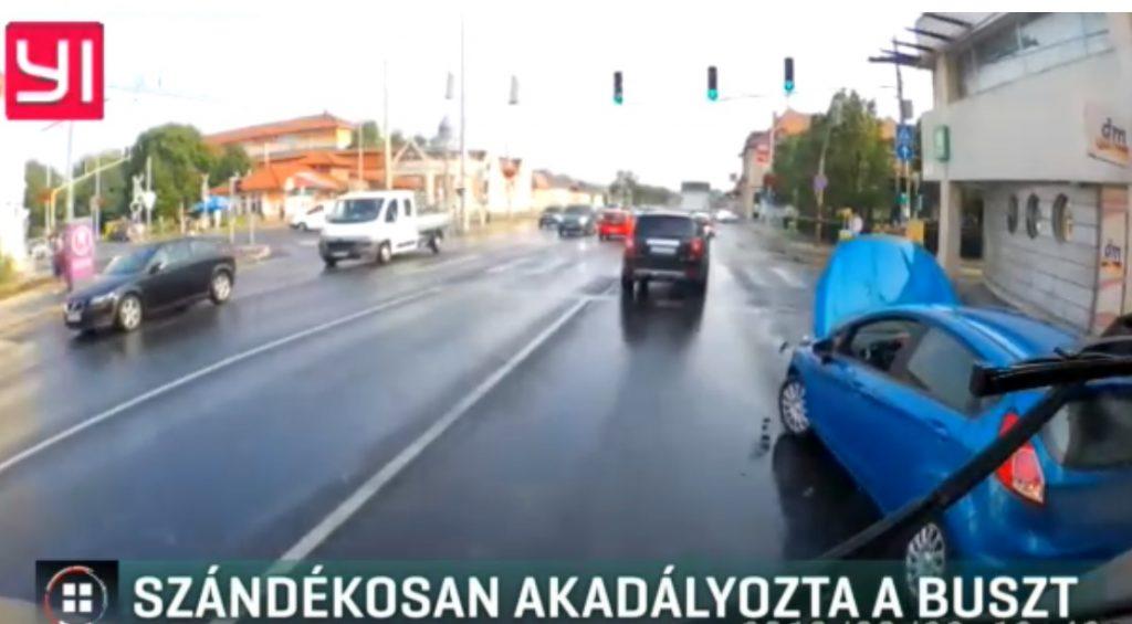 VIDEÓ: Szándékosan akadályozta a buszt a sofőr. Eljárás indult ellene