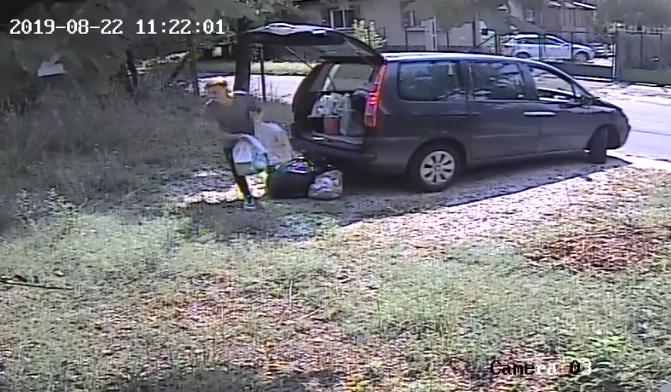 Videó – Vadkamera buktatta le a férfit, aki autójából pakolta ki zsákokban a szemetet