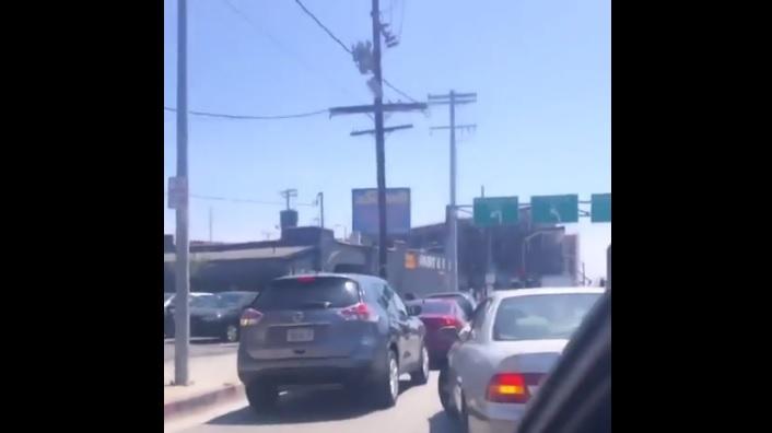 Videó – Be akart tolakodni az autós a sor elején, mindenki imádja, amit kitalált