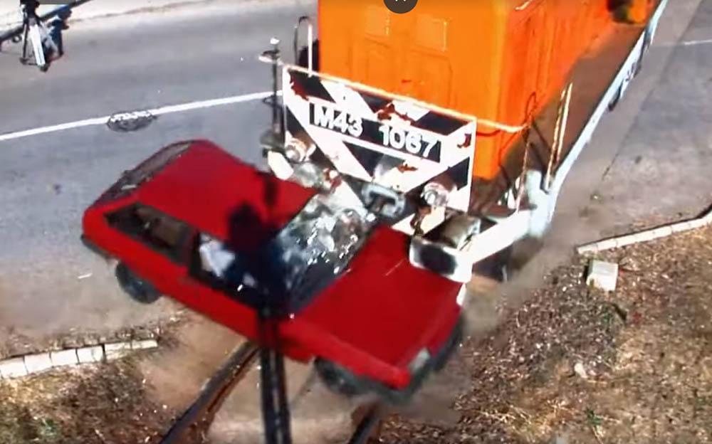 VIDEÓ: Ilyen, amikor a mozdony benéz az ablakon