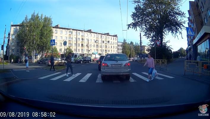 Videó – A zebra közepén állt meg az autós, kitalálod mit tett a gyalogos?