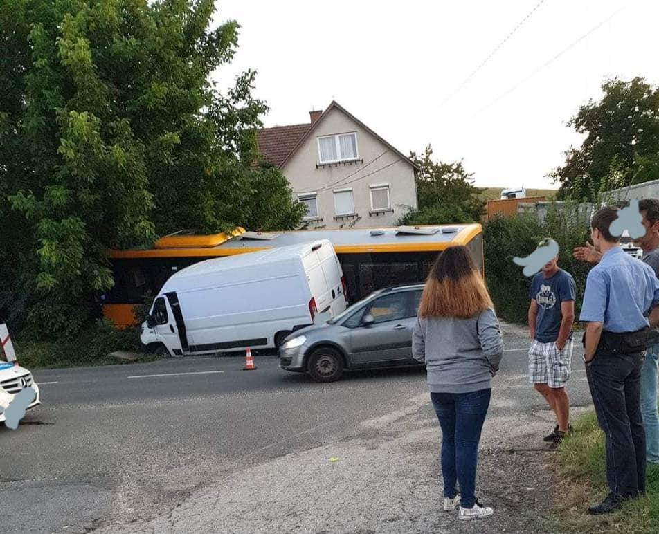 Mogyoródon távolsági busznak hibásodott meg a féke