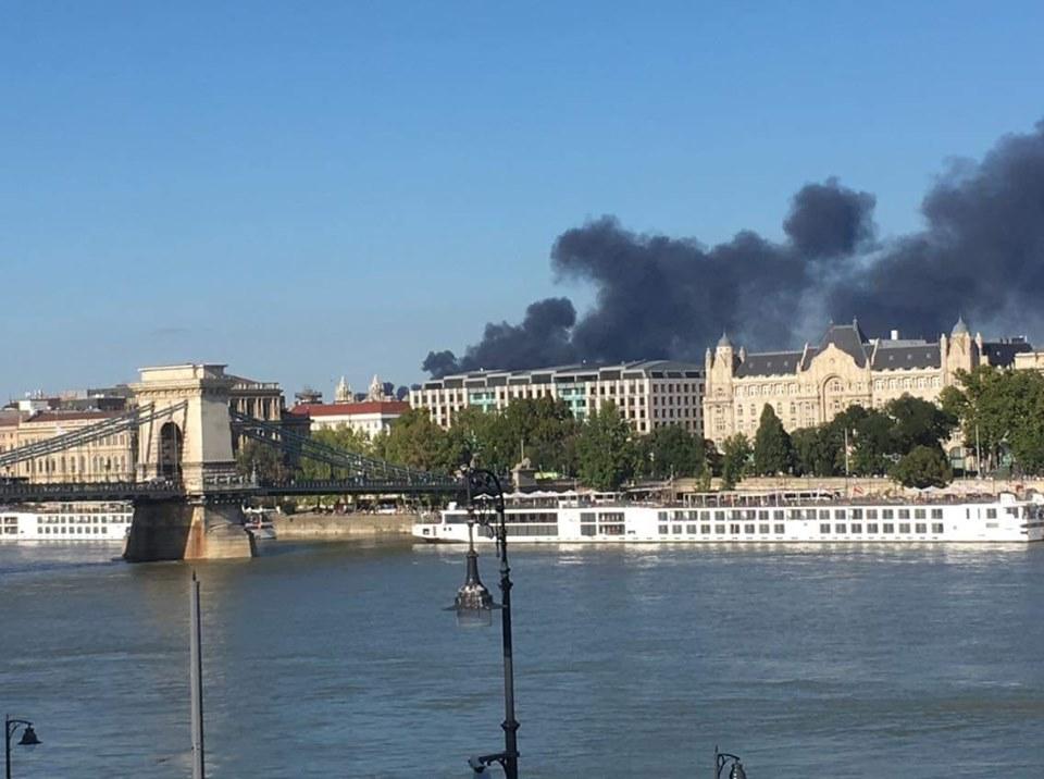 VIDEÓ: Hatalmas füsttel ég egy ház tetőszerkezete a 13. kerületben
