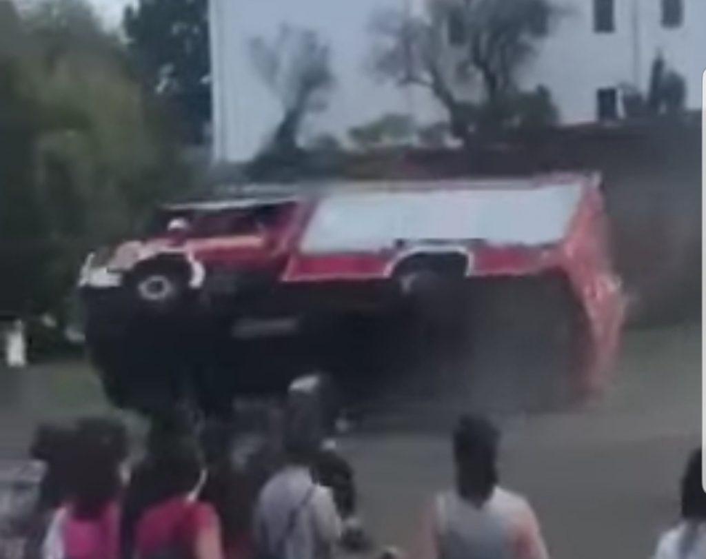 Videó – Felborult egy tűzoltó szerkocsi az iskolai bemutatón