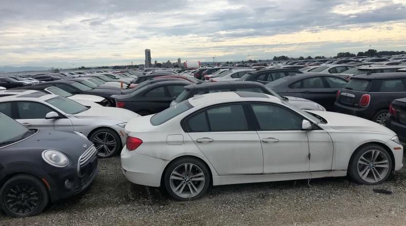 2966 darab vadi új, 0 km-es BMW és Mini parkol egy kikötőben Kanadában több mint négy éve