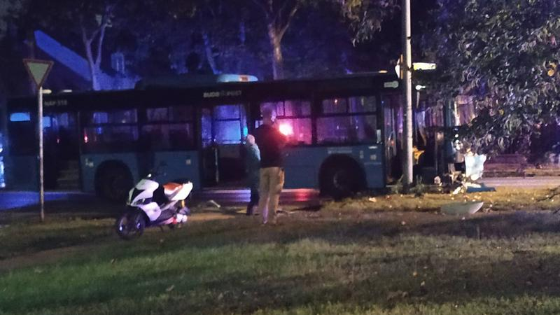 Fotók – Autóbusz és egy személyautó ütközött a 21. kerületben