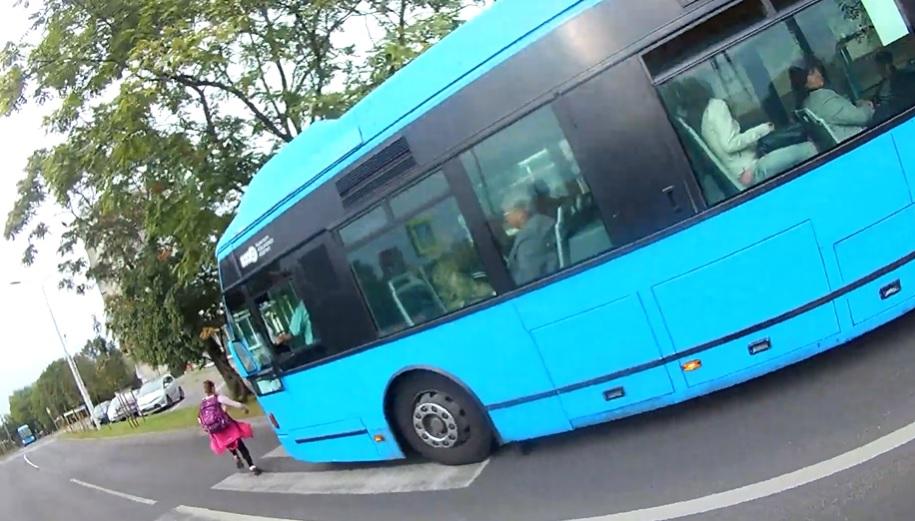 Vizsgálat indult a gyermeket majdnem elgázoló buszsofőr ügyében
