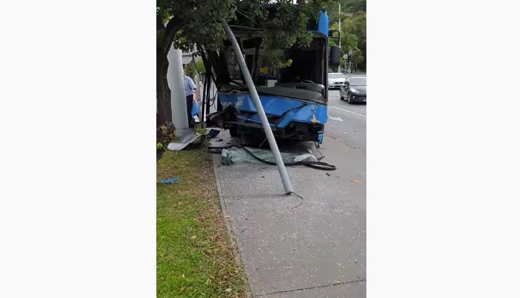 Videó – Busz és autó ütközött az 1. kerületben négyen megsérültek