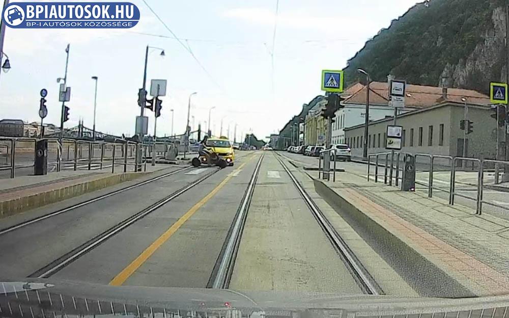 Videón, ahogy elektromos rollerrel suhan át és elgázolja a taxis