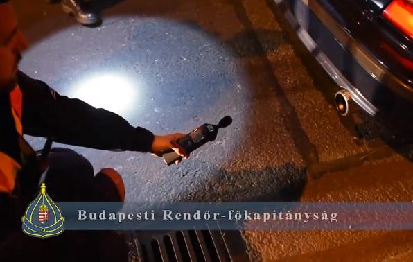 Videó – Ismét razziáztak a rendőrök, hogy visszaszorítsák az illegális gyorsulási versenyeket