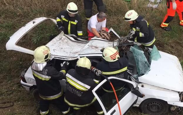 Videó – Papírmaséként vágták szét az összeroncsolódott autót, hogy biztonságban kimenthessék a sérültet