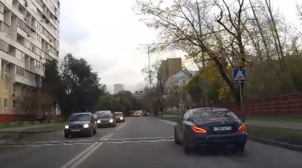 Videó – Megelőzték, Ő visszaelőzött és gyorsan össze is tört még pár autót