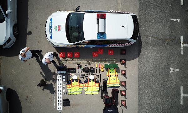 Így nyer új értelmet a fekvőrendőr szó – Zseniális fotót készített a magyar rendőrség