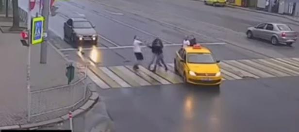 Videó – Lecövekelt a zebrán a taxis előtt, ami ezután jött, meghökkentően erőszakos