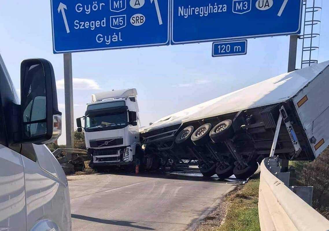 Felborult egy kamion az egyik M0-ás csomópontnál
