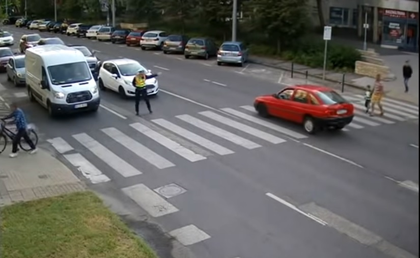 VIDEÓ: Hiába biztosította rendőr a gyalogátkelőt