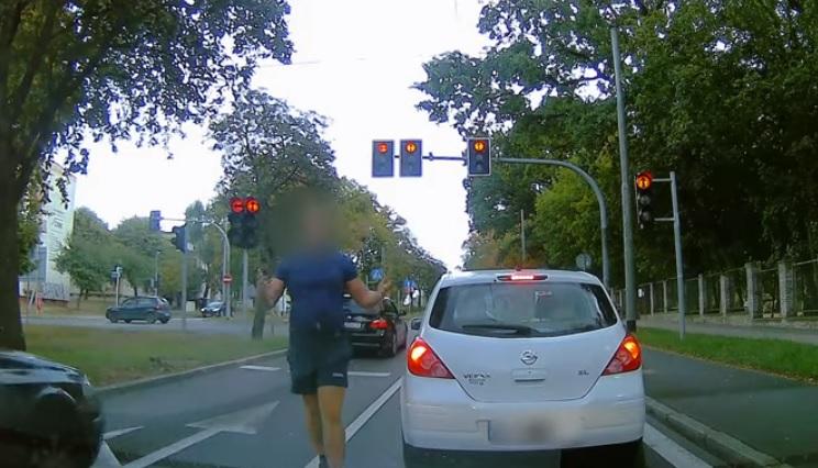 Videó – Hiába mutatott zöldet a lámpa, egy idős autós megállt, mintha piros lenne