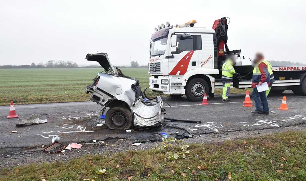 Fotók: A VW hátulja az úttestre csapódott, az eleje egy bokor mellett állt meg.