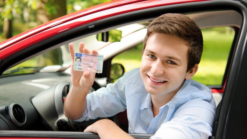 Lopott autót vezetve érkezett meg a vezetői vizsgájára.