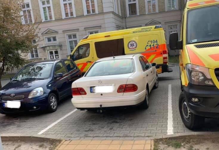 Van, akinek semmi nem számít – Szabálytalanul parkoló autók állták a mentősök útját