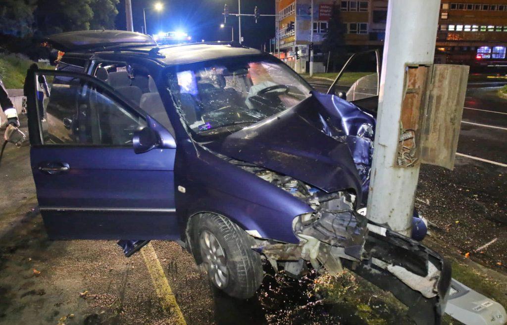 Fotók – Villanyoszlopnak ütközött egy autó – Az utas nem volt bekötve és belehalt sérüléseibe