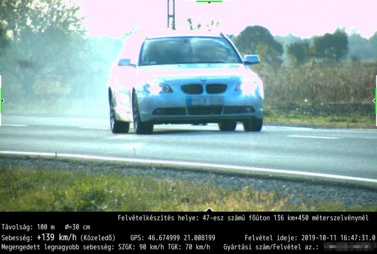 Fotók – 90 km/h helyett 140km/h – Odafele és visszafele is lefotózta a traffipax