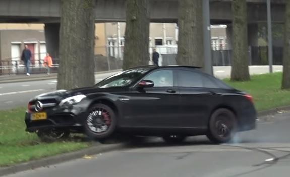 Videó – Driftelni akart, de csúnyán összetörte a gyönyörű autót
