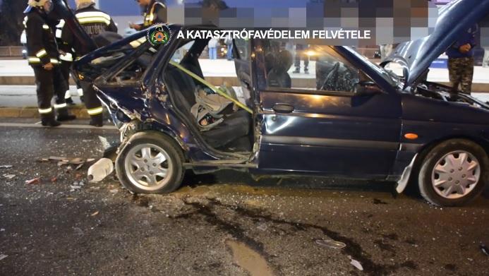 Videó – Így mentették ki a roncsból az Árpád hídon ma reggel történt baleset egyik sérültjét