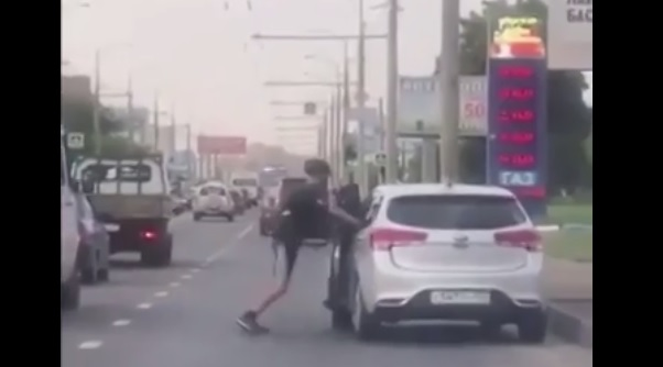 Videó – Fellökte az autós a bringást, ami ezután jött azt nem tette zsebre
