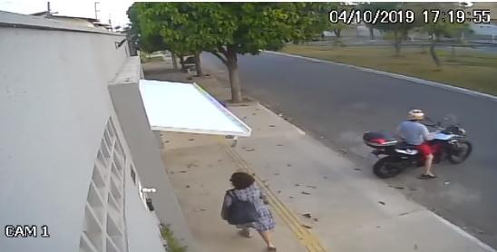 Videó – Egy laza mozdulattal zárta be a járókelőt a garázsába a motoros