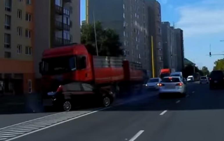 Videón, ahogy keresztbe fordítja az autót a kamion Győrben