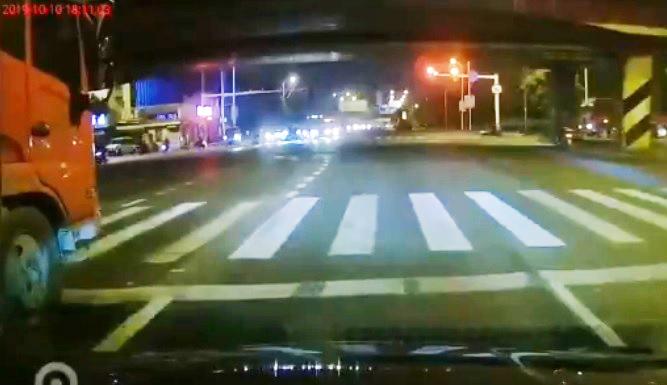 Fedélzeti kamerán, ahogy összeomlik egy híd Kínában