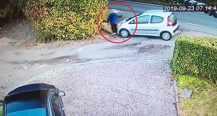 Videó – Ha nem látod, nem hiszed el – Saját kocsija ütötte el az idős nőt