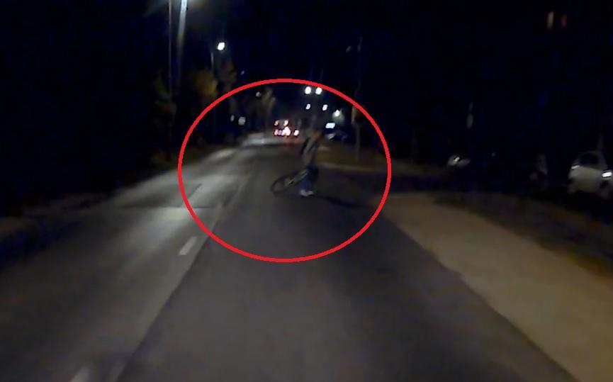VIDEÓ: Elesett a biciklis. Se lámpa, se prizma. Így lehet fokozni a bajt