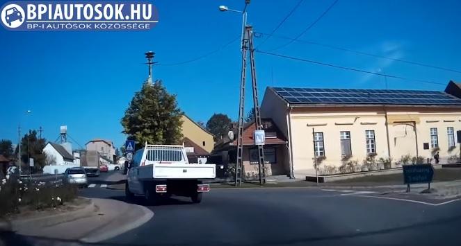 Videó – Elsőre nem érted miért áll meg valaki egy körforgalomban – Aztán jön Ő és lehasalsz