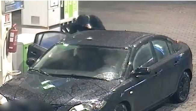 Videó – Keresi a rendőrség – Lopott rendszámú autóval tankolt majd fizetés nélkül távozott
