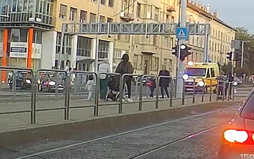 Sokkoló Videó: Mentőautó gázolta el a gyalogost a Róbert Károly körúton