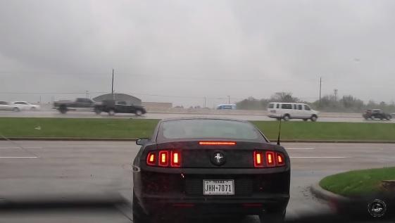 Videó – Hatalmas öngólt rúgott ez a Mustang-sofőr azzal, hogy levideóztatta a bénázását