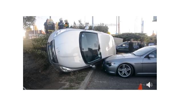 Videó – Két autó ütközött a 14. kerületben – az egyik egy parkoló autóra zuhant