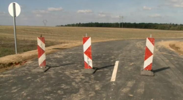 VIDEÓ: Már bakokkal lezárták a semmibe vezető utat, de történtek balesetek