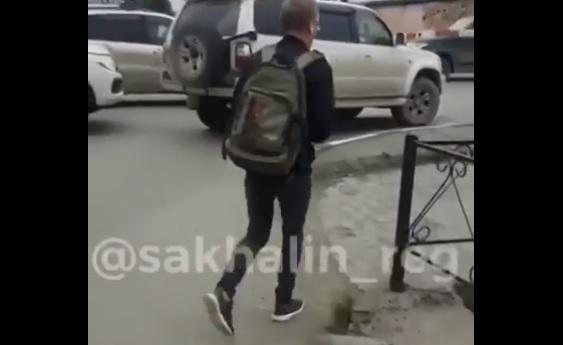 Videó – Megállt a sor a sorompónál, amikor a sínekre néztek, jött a durva meglepi