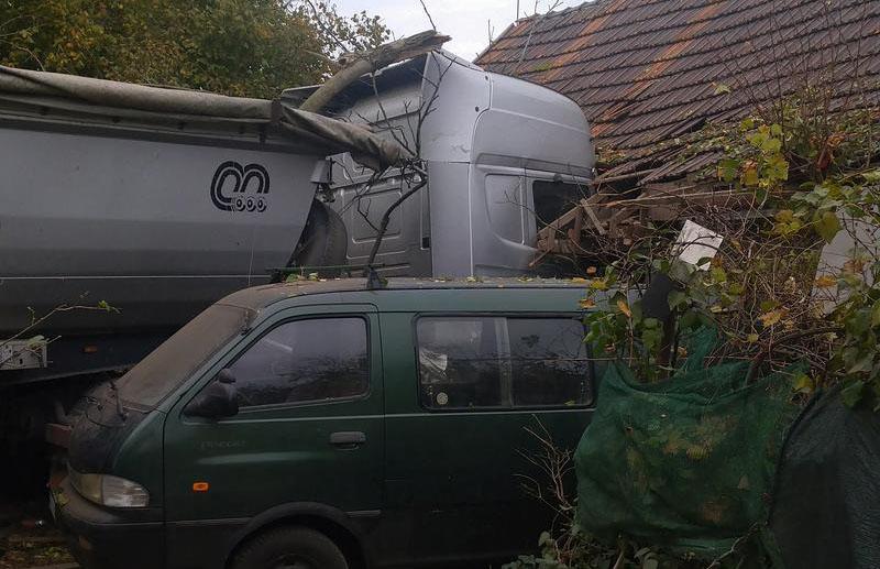 Fotók: Házfalba csapódott a kamion Dabason. Kiderült mi okozta a balesetet