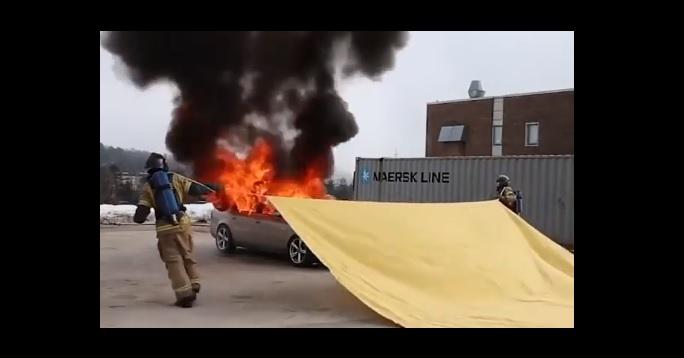 Videó – Zseniális, hogy mennyire egyszerűen oltanak el lángoló autókat egy tűzoltó takaró segítségével